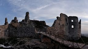 Oponice城堡废墟全景在斯洛伐克,中欧 库存图片