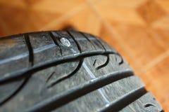 Opony przepuszczają ponieważ śrubowy gwoździa ubijanie, zastępstwa remontowego naprawiania ` s samochodowa opona próbuje usuwać g Zdjęcia Stock