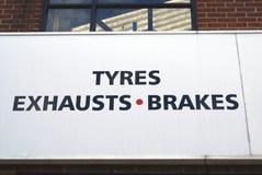 Opony, rury wydechowe, hamulca znak samochodowy remontowego sklepu znak Garażu znak Samochodowy remontowy sklep Samochodu remonto Obrazy Royalty Free