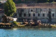 Oporto, Португалия - июль 2016: Деревянные стапель и шлюпки Rabelo на банке реки Дуэро - Порту, Португалии Стоковые Изображения