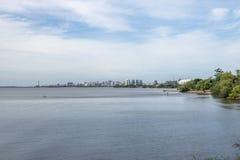 Oporto Alegre Skyline e fiume di Guaiba - Porto Alegre, Rio Grande do Sul, Brasile immagine stock