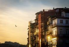 Oporto bajo construcción en la puesta del sol foto de archivo