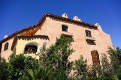 OPORTO CERVO SARDINIA/ITALY - 19 DE MAYO: Casa colorida en Oporto C Imágenes de archivo libres de regalías