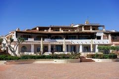 OPORTO CERVO, SARDINIA/ITALY - 19 DE MAYO: Centro comercial en Oporto Fotografía de archivo libre de regalías