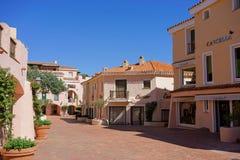 OPORTO CERVO, SARDINIA/ITALY - 19 DE MAYO: Centro comercial en Oporto Foto de archivo libre de regalías
