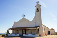 OPORTO CERVO SARDINIA/ITALY - 19 DE MAYO: Stella Maris Church en Por Imágenes de archivo libres de regalías
