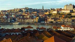 Oporto, ciudad vieja, río de Ribeira y del Duero imagenes de archivo