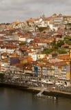 Oporto corre abajo de una orilla del río escarpada Imagen de archivo