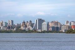 Oporto del centro Alegre Skyline con costruzione e la cattedrale amministrative al fiume di Guaiba - Porto Alegre, Rio Grande do  immagine stock libera da diritti