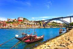 Oporto eller Porto horisont, Douro flod, fartyg och järnbro Por Arkivbild