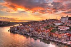 Oporto en el río Duoro, puesta del sol Foto de archivo libre de regalías