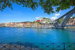 Oporto lub Porto linia horyzontu Douro rzeka i żelazo most. Portugalia, Europa. Obrazy Stock