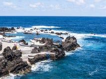 Oporto Moniz sulla costa di nord-ovest in cui le montagne nel Nord dell'isola del Madera incontrano l'Oceano Atlantico Immagini Stock Libere da Diritti