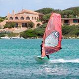 OPORTO POLLO, SARDINIA/ITALY - 21 DE MAYO: Windsurf en la encuesta de Oporto Fotografía de archivo libre de regalías