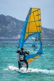OPORTO POLLO, SARDINIA/ITALY - 21 DE MAYO: Windsurf en la encuesta de Oporto Fotografía de archivo