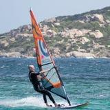 OPORTO POLLO, SARDINIA/ITALY - 21 DE MAYO: Windsurf en la encuesta de Oporto Imagen de archivo libre de regalías