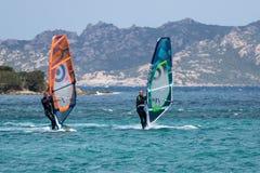 OPORTO POLLO, SARDINIA/ITALY - 21 DE MAYO: Windsurf en la encuesta de Oporto Foto de archivo libre de regalías