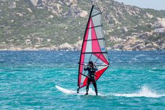 OPORTO POLLO, SARDINIA/ITALY - 21 MAGGIO: Facendo windsurf allo scrutinio di Oporto Fotografia Stock