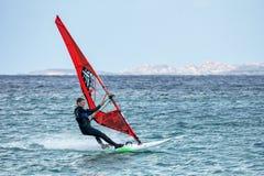 OPORTO POLLO, SARDINIA/ITALY - 21 MAGGIO: Facendo windsurf allo scrutinio di Oporto Fotografie Stock