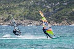 OPORTO POLLO, SARDINIA/ITALY - 21 MAGGIO: Facendo windsurf allo scrutinio di Oporto Immagine Stock