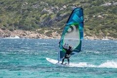 OPORTO POLLO, SARDINIA/ITALY - 21 MAGGIO: Facendo windsurf allo scrutinio di Oporto Fotografie Stock Libere da Diritti