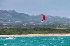 OPORTO POLLO, SARDINIA/ITALY - 21 MAGGIO: Kitesurfing allo scrutinio di Oporto Fotografie Stock Libere da Diritti