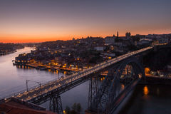 Oporto por puesta del sol - Ponte Luis I Imagen de archivo libre de regalías