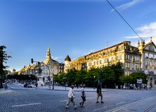 Oporto, Portogallo 12 agosto 2017: Punto di vista generale di Liberty Square nel centro della città con il monumento a re Dom Ped Immagini Stock