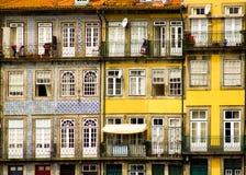Oporto, Portugal: alte Balkone und Fenster in Cais (Pier) von Ribeira Stockbilder