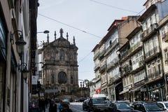 Oporto, Portugal: Clérigos-Straße und Clérigos-Kirche Stockbilder