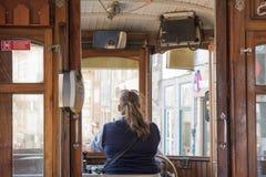 OPORTO, PORTUGAL - 20 DE AGOSTO DE 2017: Conductor dentro del tranvía del vintage adentro imágenes de archivo libres de regalías