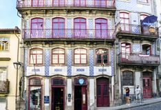 Oporto, Portugal 12 de agosto de 2017: Las fachadas hermosas de casas adornaron con las tejas con los dibujos azules en la calle  Imagen de archivo