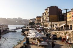 OPORTO, PORTUGAL - 18 DE ENERO DE 2018: Ajardine la opinión sobre la orilla con los edificios viejos hermosos en la ciudad de Opo Imagenes de archivo