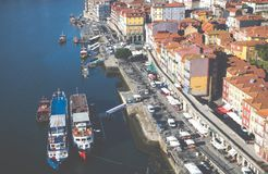 OPORTO, PORTUGAL - 18 DE ENERO DE 2018: Ajardine la opinión sobre la orilla con los edificios viejos hermosos en la ciudad de Opo Fotos de archivo libres de regalías