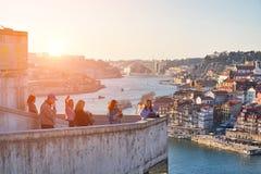 OPORTO, PORTUGAL - 20 DE FEBRERO DE 2018: Plataforma de observación Turistas que toman imágenes y la admiración del viejo panoram imagen de archivo
