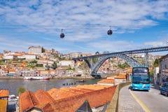 OPORTO, PORTUGAL - 26 DE MARZO DE 2018: Autobús turístico en Oporto, opinión del río del Duero con los barcos y viejo centro de c fotografía de archivo