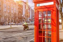 OPORTO, PORTUGAL - 26 DE MARZO DE 2018: Cabina de teléfono roja en el centro histórico imagen de archivo