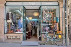 OPORTO, PORTUGAL - 26 DE MARZO DE 2018: Calle vieja de la ciudad Monte en bicicleta cerca de la ventana de la tienda, Oporto, Por imagenes de archivo