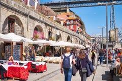 OPORTO, PORTUGAL - 26 DE MARZO DE 2018: Casas coloridas y cafés y restaurantes al aire libre en el cuadrado histórico de Ribeira  imágenes de archivo libres de regalías