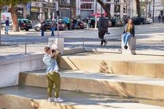 OPORTO, PORTUGAL - 26 DE MARZO DE 2018: júntese toman una imagen mientras que visita una atracción turística imágenes de archivo libres de regalías