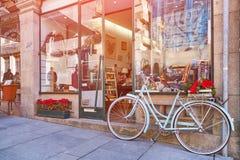 OPORTO, PORTUGAL - 26 DE MARZO DE 2018: Monte en bicicleta cerca de la ventana de la tienda, Oporto, Portugal fotografía de archivo