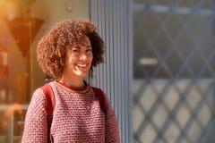 OPORTO, PORTUGAL - 26 DE MARZO DE 2018: Mujer joven sonriente en la calle imagenes de archivo
