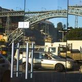 OPORTO, PORTUGAL - puente famoso de Dom Luis I en Ribeira - reflexión en las ventanas de la ciudad vieja Imagenes de archivo
