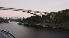 Oporto, Portugal 3 puentes durante la tarde del río 4K del Duero al lapso de la noche almacen de metraje de vídeo
