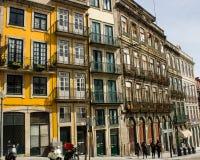 Oporto Portugal: Rua (gata) Mouzinho da Silveira och den traditionella husarkitekturen Arkivbilder