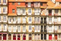 Oporto Portugal: traditionella balkonger i Cais (pir) da Ribeira Arkivbilder