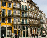 Oporto, Portugalia: Rua (ulica) Mouzinho da Silveira i tradycyjna lokalowa architektura Obrazy Stock