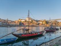 Oporto que mira hacia fuera sobre el río el Duero con los barcos de Rabelo foto de archivo