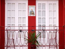Oporto tipical balkonghus med det catolic diagramet Arkivfoto