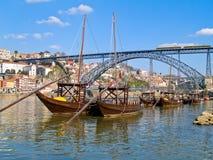 Oporto viejo y barcos tradicionales con los barriles de vino Imagen de archivo